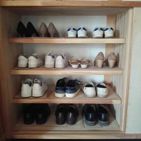 1人1段分を使う、というルールを作っていますが、 どうしても夫の靴はサイズ的にも場所をとってしまい今のところ夫が2段分を使っています。