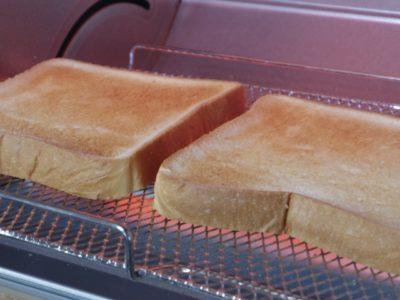 オーブントースターでパンを焼いている