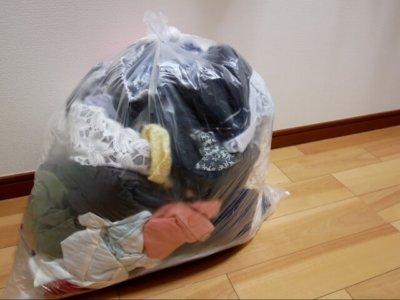 ゴミ袋に入った洋服