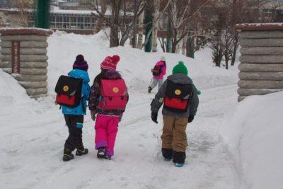 冬の朝に通学中の子供たち