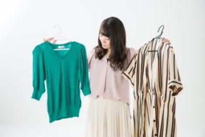 洋服選びに迷う40代女性