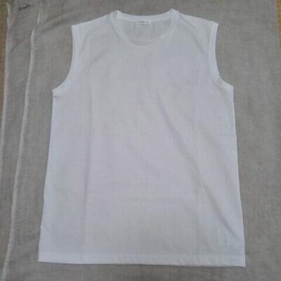 白のノースリーブTシャツ